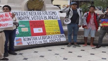 Integrantes del Movadef protestan pidiendo a la población votar en blanco