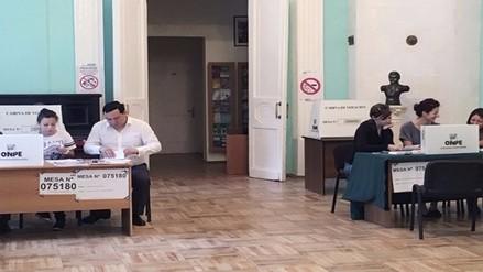 Peruanos en el exterior siguen votando en elecciones de segunda vuelta