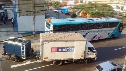 Lince: vehículos de un medio de televisión bloquean pista