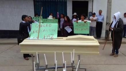 Huancayo: llevan cadáver a protesta por deudas del SIS