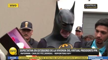 Simpatizante disfrazado de 'Batman' llegó a la vivienda de PPK