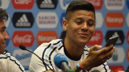 Copa América: Marcos Rojo contestó un celular en conferencia de prensa