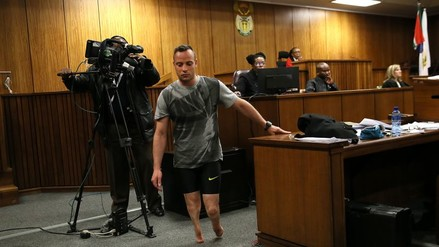 Oscar Pistorius caminó sin prótesis para mostrar su vulnerabilidad a jueza