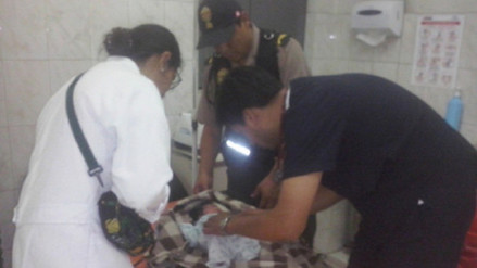 Mujer alumbra en patrullero policial en Yura