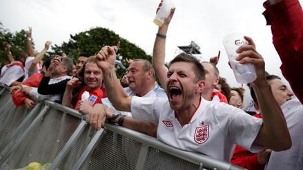 Facebook: hinchas ingleses en un bar enseñan al mundo a celebrar un gol