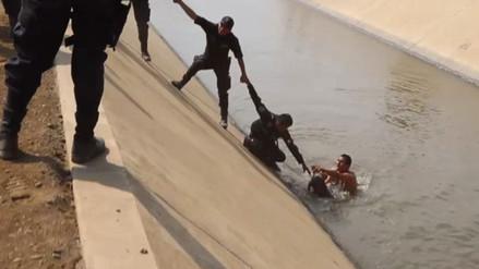 Laredo: efectivos policiales rescatan a perro caído en canal de agua