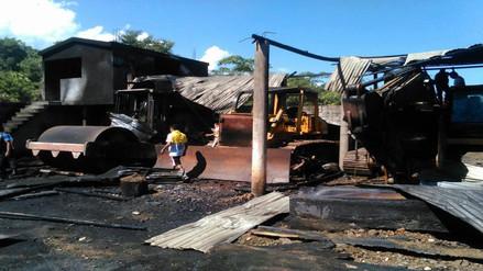 Vraem: incendio arrasa con almacén de maderas y maquinaria pesada