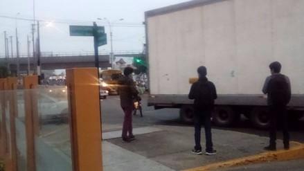 Surco: buses y autos estacionados interrumpen paso peatonal