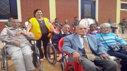 Ancianos del asilo recibieron emotivo homenaje por el Día del Padre