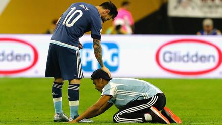 Lionel Messi firmó autógrafo a hincha y recibió esta reverencia
