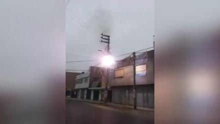 Poste de energía eléctrica se incendia en SJL