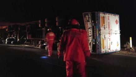 Camión cargado de balones de gas sufre vuelco en vía a Puno