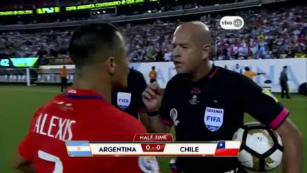 Argentina vs. Chile: Alexis Sánchez tuvo insólita charla con el árbitro