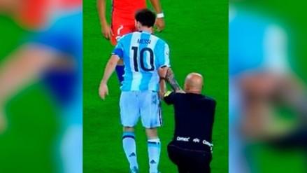 Argentina vs. Chile: Lionel Messi tropezó con árbitro en pleno encuentro