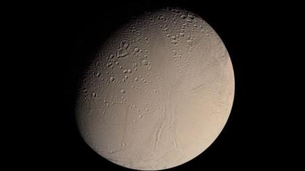 Encélado, una de las lunas de Saturno, es el mejor lugar para buscar vida
