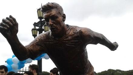 Inauguran estatua de Messi y le piden que se quede en la selección