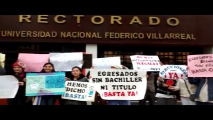 Estudiantes egresados de la UFVR protestan por falta de títulos