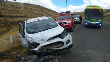 Cuatro heridos de gravedad deja choque entre auto y combi