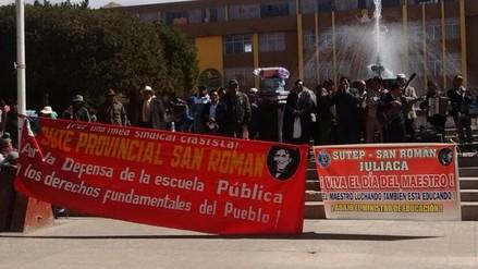 Maestros de San Román protestaron contra políticas educativas en su día
