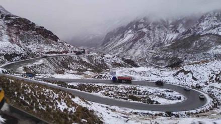 Caída de nevadas bloquean tránsito en la Carretera Central