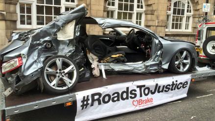 Twitter: padres exhiben en público el auto destruido en el que murió su hijo