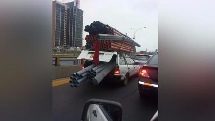 Lima: taxista transporta tuberías de manera imprudente