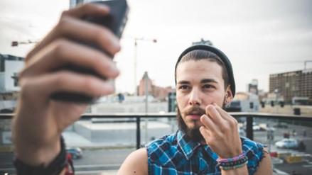 Hombres que se toman muchos selfies tendrían tendencias narcicistas y antisociales