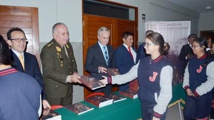 Ejército entrega el libro