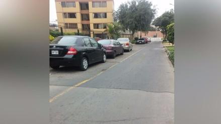 Surco: Autos utilizan zona rígida como estacionamiento