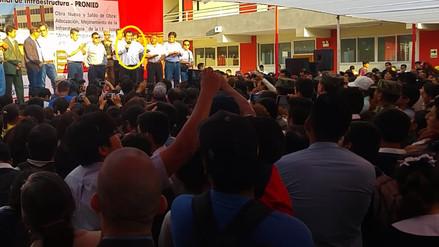 Abuchean a congresista Martín Rivas durante inauguración de colegio