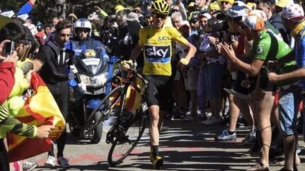 Video: ciclista chocó con moto en Tour de Francia y acabó corriendo