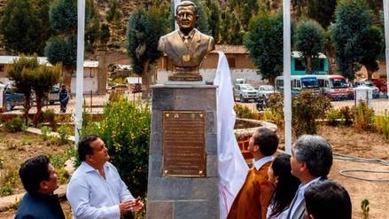 Humala develó un busto de bronce en su honor en Ayacucho