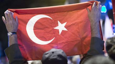 """Erdogan pidió a turcos """"defender la democracia"""" vía SMS"""