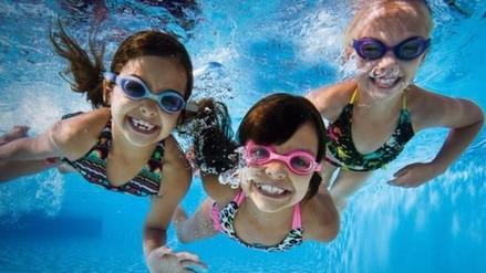 Conoce los beneficios de que tu hijo practique natación
