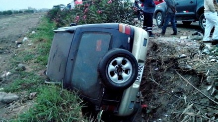 Trujillo: camioneta vuelca en carretera Industrial y deja tres heridos