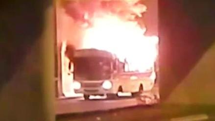 Alarma en Surco al incendiarse bus de transporte público