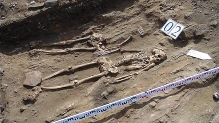 Arqueólogos hallan restos de una pareja cogidos de la mano durante 5,000 años