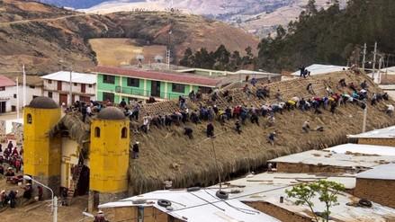 700 comuneros de Incahuasi se unieron para remodelar con ichu el techo de su iglesia
