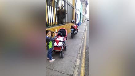 Barranco: Motocicleta mal estacionada obliga a niños a caminar por la pista