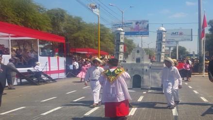 Escolares participaron de colorido desfile por fiestas patrias en Piura
