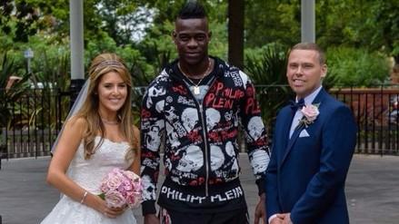 Mario Balotelli posó de sorpresa en fotos de recién casados