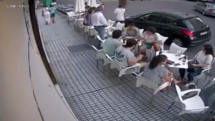 YouTube: estaban comiendo entre amigos y de pronto les cayó la cornisa encima