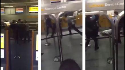 YouTube: un hombre pierde su vuelo y golpea brutalmente a 2 policías