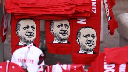Turquía cierra un centenar de medios de comunicación por conexiones golpistas
