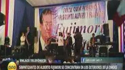 Simpatizantes de Alberto Fujimori celebran su cumpleaños afuera de la Diroes