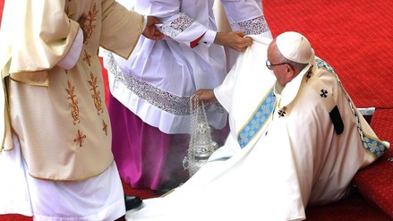 Papa Francisco sufrió aparatosa caída al inicio de misa en Polonia