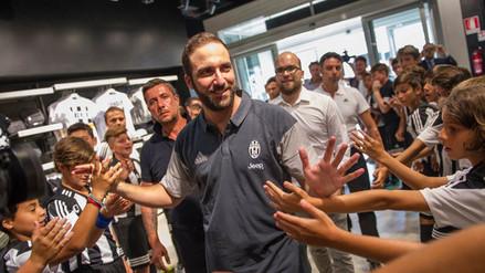 Juventus  Gonzalo Higuaín llegó a Turín e hinchas se descontrolaron f00a3c0042074