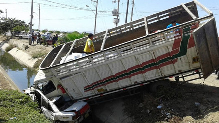 Camión embiste auto y ambos caen a acequia de Chiclayo