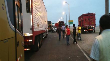 Carretera Arequipa-Puno bloqueada por accidente de tránsito