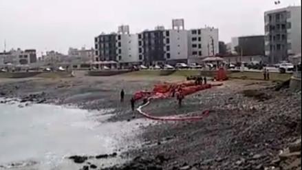 Recogen muestras tras derrame de petróleo en puerto de Ilo
